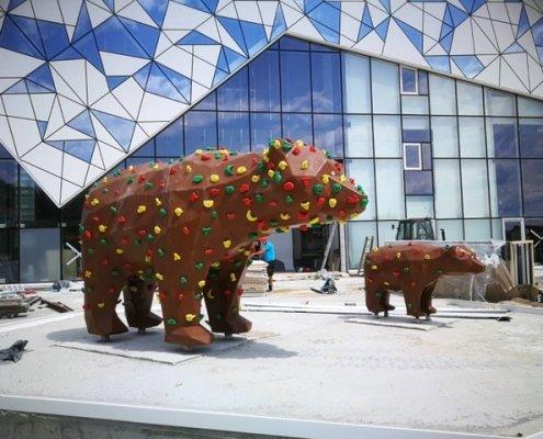 Bear_climbing_wall